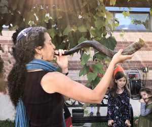 Rabbi Daria jacobs-Velde blowing shofar at Oseh Shalom synagogue